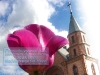 Цветок на фоне неба и Церкви